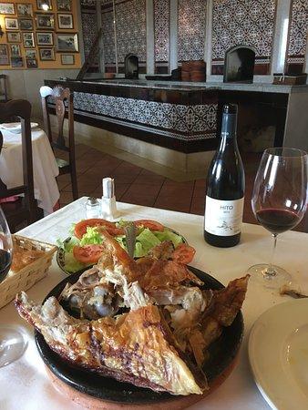 Roa, Ισπανία: asado con su ensalada y un buen vino