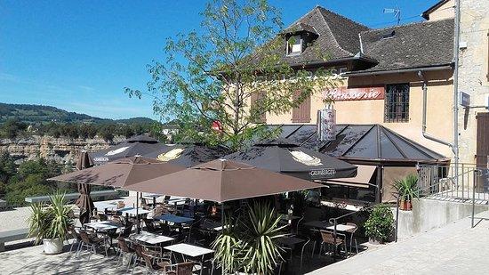 Bozouls, France : la terrasse au soleil et vue sur le site géologique