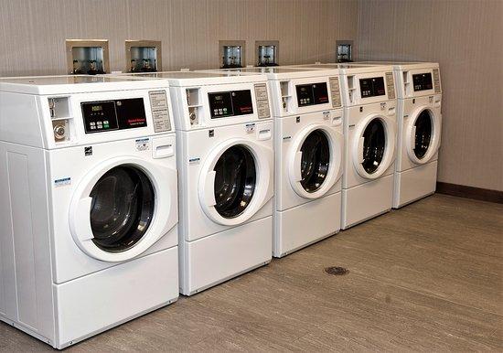 Fishkill, Estado de Nueva York: Hotel laundry area has ample space and numerous machines