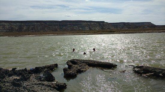 Fuerte Argentino, Las Grutas. Laguna salada unida al mar