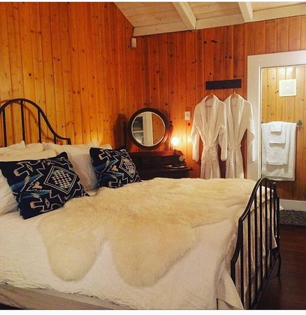 Bridal Veil Lodge: Cozy rooms near many waterfalls all year, all seasons.