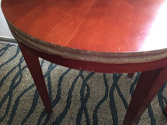 Quality Inn Airport: Chipped furniture