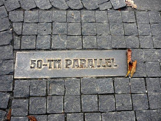 Shevchenko Park: На аллее парка, ведущей к Оперному театру вдоль Сумской, установлен интересный знак - 50 паралле