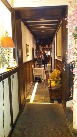 Hotel Het Gheestelic Hof: reception leading to the stunning dinning room on the left