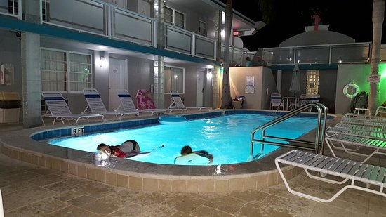 Camelot Beach Resort: 20170120_203220_large.jpg