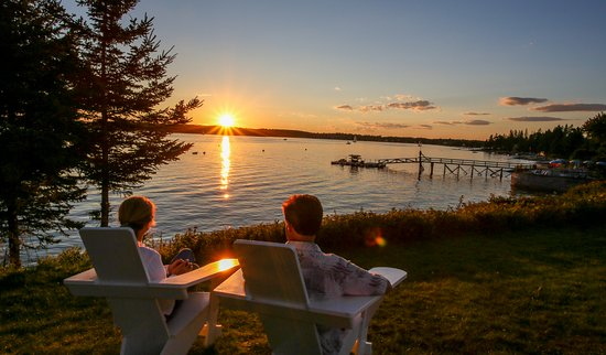 Spruce Point Inn Resort and Spa: Cocktails and a sunset!