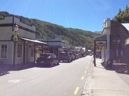Arrowtown, Nueva Zelanda: lookingdown the street