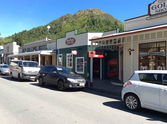 Arrowtown, New Zealand: golf shop and remarkables sweet shop