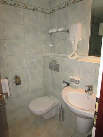 Adria Hotel Prague: Ванная комната. Есть и душевая кабина