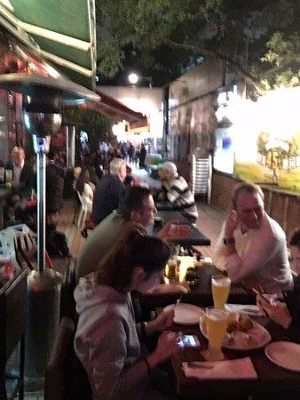 Knutsford Terrace: 路上に椅子とテーブルを出した感じ。お隣のテーブルとも近いです!(^^)!