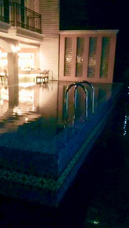 Salil Hotel Sukhumvit - Soi Thonglor 1: The pool is quite small and it is next to the bar which is on the left.