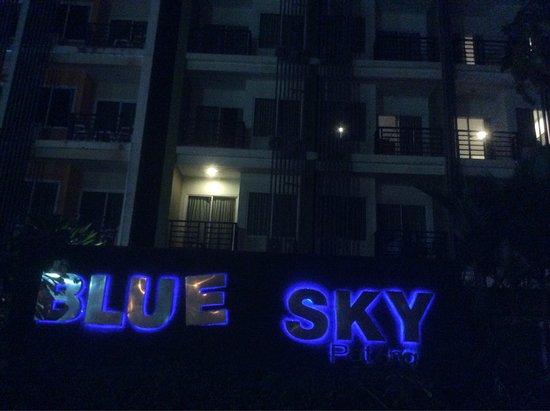 Blue Sky Patong : Вывеска отеля ночью