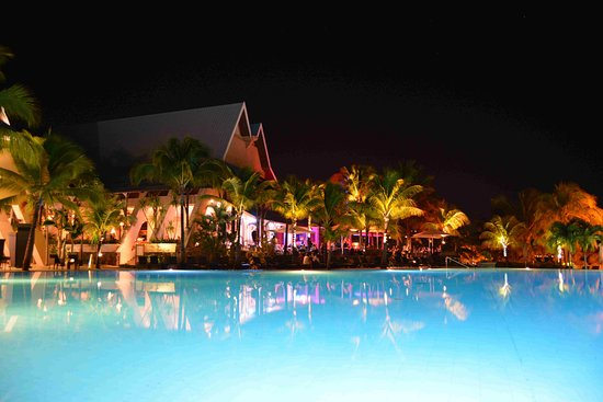 Victoria Beachcomber Resort & Spa: Wonderful Lighting effect in this Night view of Pool & Restaurant.