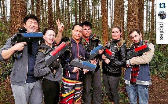 Campbell River, Kanada: Silly faces after our outdoor laser tag adventure!