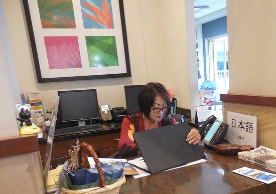 Wyndham at Waikiki Beach Walk: 日本語カウンターのおばちゃん