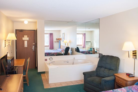 Merrill, WI: King Jacuzzi Suite