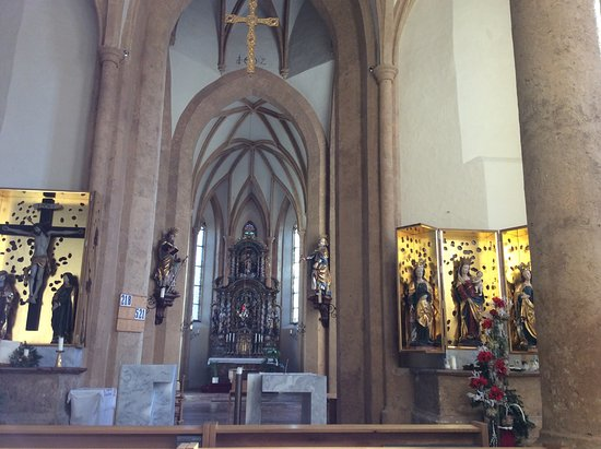 Bischofshofen, Austria: 祭壇  両側にキリスト像とマリア像