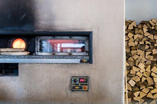 Merzhausen, ألمانيا: Unsere Flammkuchen werden im Holzofen zubereitet