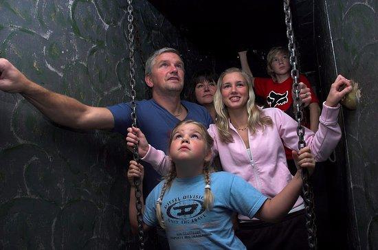 Oxelosund, Suecia: En familj söker sig fram i ett rum för att hitta lösningar.