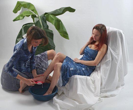 Chouzy-sur-Cisse, France : foot massage:bath; reflexologie pressure points; massage;