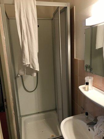 Hôtel des Arts: La cabine douche sortie sur lavabo contortions garanties