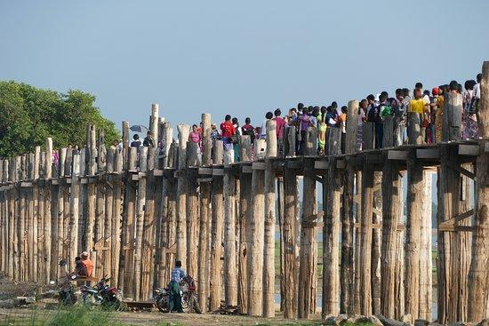 Puente U Bein: Crowd on the bridge