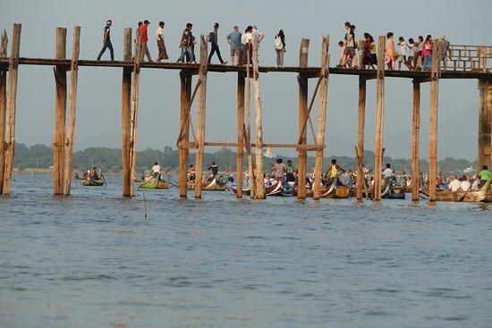 Puente U Bein: People walking on the bridge