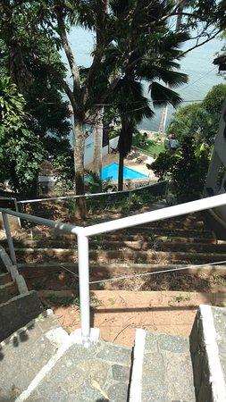 Martin Pescador: Vista da escada do estacionamento até os quartos mais próximos da praia