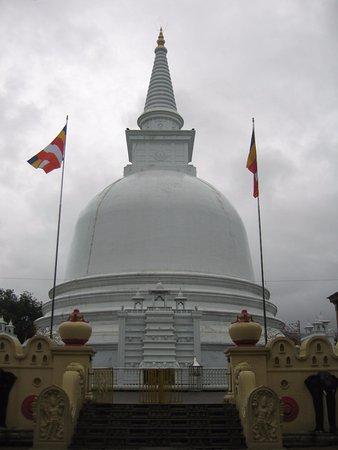 Mahiyangana Temple: Mahiyangana Stupa