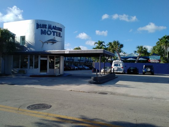 Blue Marlin Motel: The entrance portico of the hotel.