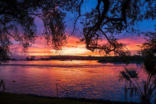 زامبيزي سن: Sunset over the Zambezi River