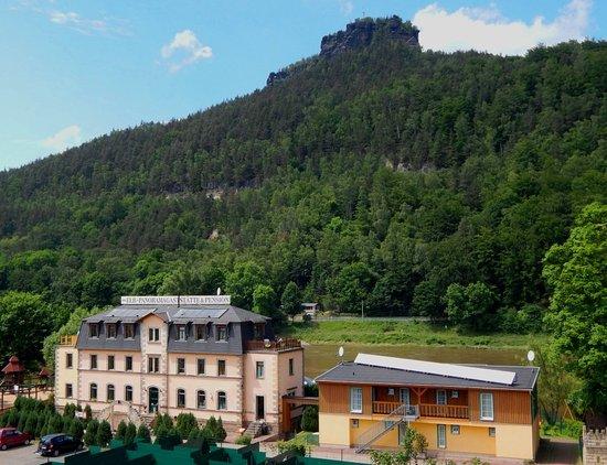 Koenigstein, Germany: Außenansicht mit Nachbargebäude (Familienzimmer)