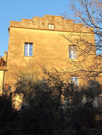 B&B Al di Fuori del Tempo: Our room - the two top windows.