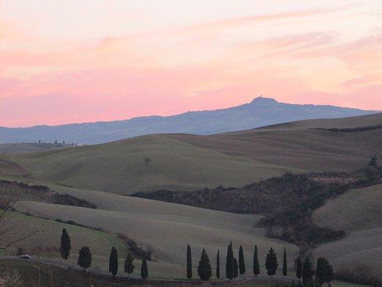 B&B Al di Fuori del Tempo: Sunrise over Radicofani in the distance (from our window).