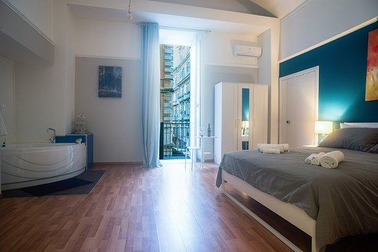 Camera Vasca Idromassaggio Napoli : Room jupiter con vasca idromassaggio e bagno in camera foto di