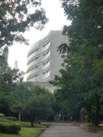 Loei Palace Hotel: Hotel vanuit het park gezien