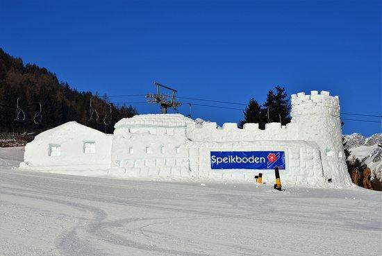 Campo Tures, Italy: Snehový hrad dolu pri lanovke