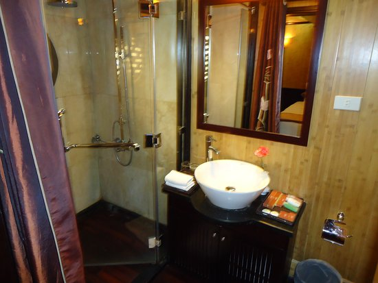 le cabinet de toilette - Picture of Syrena Cruises - Halong Bay ...