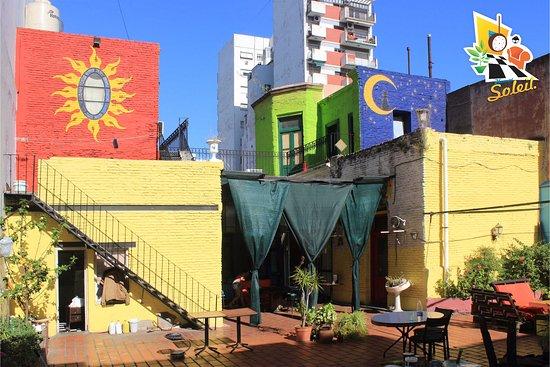 Homstel Soleil : Gran patio terraza con comodidades para estar en grupos aun en días de lluvia