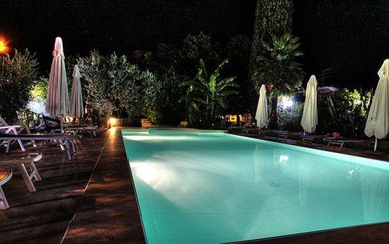 La piscina di acqua salata con idromassaggio foto di i - Piscina acqua salata ...