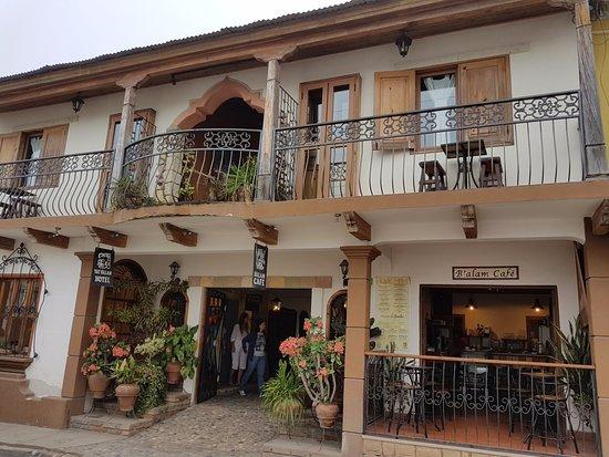 Yat B'alam Boutique Hotel: вид с улицы