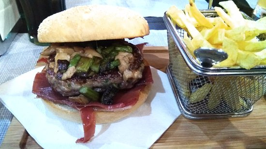 Province of Zaragoza, Spain: Hamburguesa tik tak con trigueros, jamon y boletus