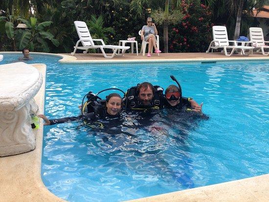 SCUBA Diving at Summer Salt Dive Center: Entrainement en piscine avant d'affronter la mer.