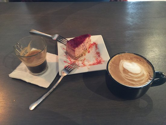 Bedford, Wirginia: My husband and I enjoyed a shared piece of slow oven baked Berry Cheesecake ( very smooth and de
