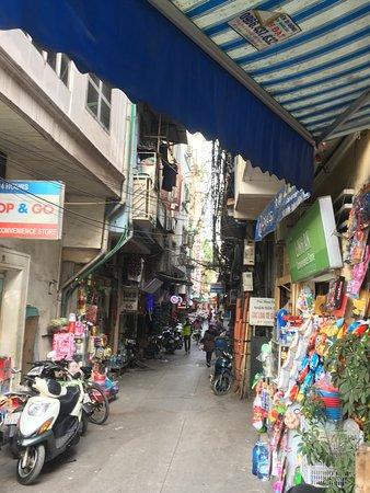 โรงแรมชาร์มมิ่ง: The side alley along which Hotel Charming is located.