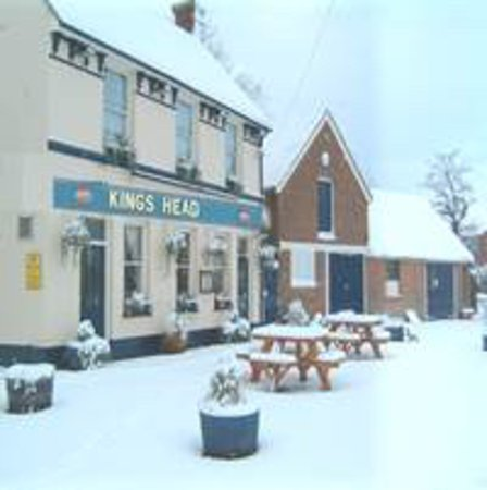 Kings Head: Winter time , cold outside but cozy inside