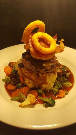 Athlone, Irlanda: Our yummy Homemade beef burger served with onion rings, mash & gravy