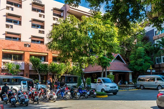 Chiang Mai Gate Hotel: Outside the hotel