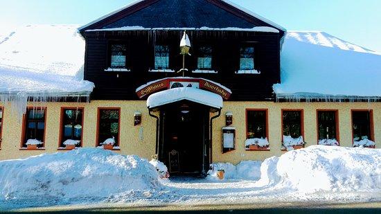 Ilmenau, Germania: So idyllisch und traumhaft kann ein Gasthaus mit guter Küche und Service auch im Winter aus sehe