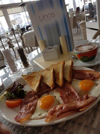 Islas Baleares, España: Zum Frühstück sehr lecker Spiegeleier mit Speck dazu ein Cappucino